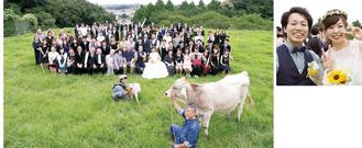 【左】集合写真では牛と山羊も参加/【右】新郎・周平さん(左)と新婦・杏さん(右)