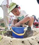 砂鉄とりのイベントに明神町から両親と一緒に参加した小西翔太くん(4歳)。いつもは公園の砂場で遊んでいるそうで「お砂がとれて楽しかった」と笑顔を見せた