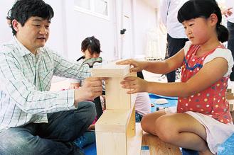 木工教室に挑戦する親子