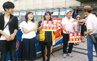 八王子駅北口で募金活動をするライオンズクラブのメンバーとレインボーズのリーダーのあかぞうさん(左から2人目)