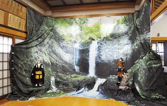 大善寺に展示された薄井さんの「御主殿の滝」。八王子車人形も飾られた=8月16日撮影