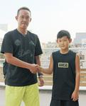 父親の政志さん(左)と大会の必勝を誓い合う