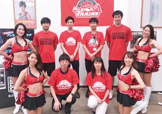 選手らが訪れたソフトバンクiias高尾。奥左から2番目が大金選手、奥右から2番目が浅野選手、手前左から2番目が近澤店長
