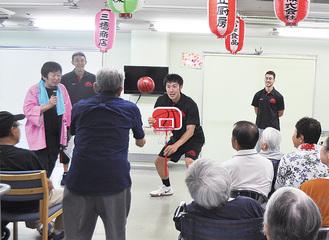 ゲームでゴールを持つ浅野選手(中央)