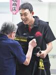 Tシャツを進呈する和田代表
