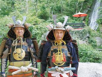 鎧をまとった藤巻さん(左)と中村さん