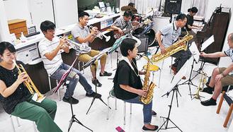 診療時間後のクリニックで練習するバンド