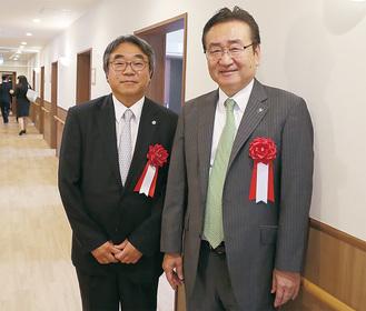 鈴木理事長(左)と内覧する石森市長