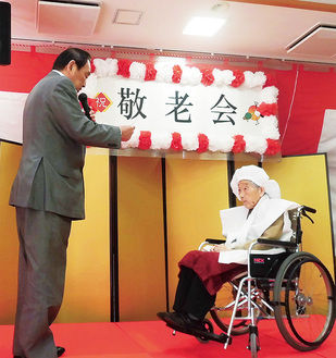 104歳の五十嵐さん(右)と賞状を渡す(株)シルバービレッジの石井征二会長