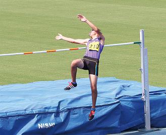 豪快なジャンプを披露する山田さん