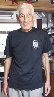 記念Tシャツを着る栗澤さん