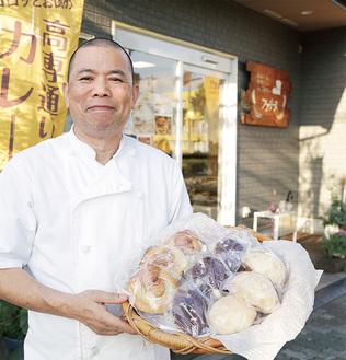 ファリーヌの松尾さん。定番人気のメロンパンやシナモンロール(共に140円)のほか、当日限定でバブカ(デニッシュの一種)も販売する
