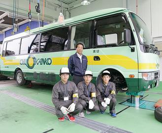 新工場にて。後列の小林社長と七中の黒崎晴生さん、水戸琢海さん、宮龍太郎さん(左から)