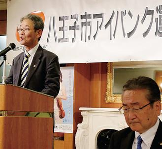 挨拶をする宮腰会長(左)。石森孝志市長(右)が協議会の会長を務めている