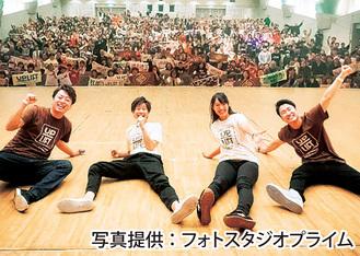 ファンと記念撮影。右から2番目はマネージャーの佐藤由衣さん