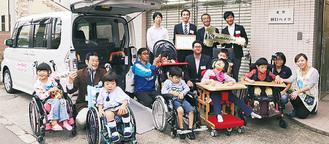 施設の児童たちも参加した受領式。組合員のカンパによるもので、毎年数台を全国の施設に寄贈している