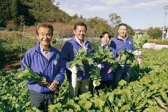 下恩方町にある小塚さんの畑で大根を収穫するいちょうLCのメンバー。左端が小塚さん