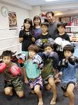 子どもたちのトレーナーを務めることもある伊藤さん(後方・左)と今井代表(同・右)