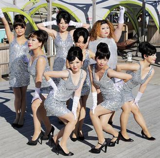 PV撮影時の様子。中央から時計回りにTOMOEさん、MIWAさん、JUNKOさん、MIKIさん、EMIさん、KAYOさん、YUKAさん、CHINATSUさん