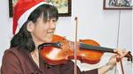 笑顔でバイオリンを弾く阿部さん