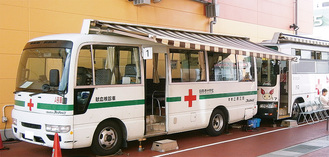 月1回の割合で設置されている献血車