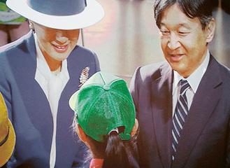皇太子ご夫妻と隊員(手前)=提供写真