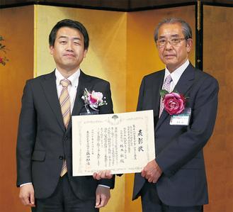 授賞式の様子。(株)読売ニュースサービスの坂本收社長(右)