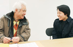 運営に協力している首都大学東京の小島みのりさんと打ち合わせを行う深谷さん(左)