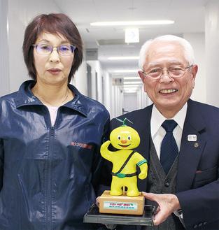 会を支える、田中会長(右)と事務局の熊倉一美さん
