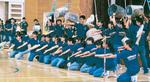 昨年の同小中学校での演奏の様子。バケツやブラシでリズムをとる演出も=提供写真