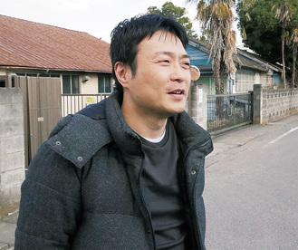 中野上町を案内する会長の小松さん