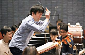 指揮をする苫米地さん=提供写真。今回の公演はオーケストラでなく合唱+ピアノとなる