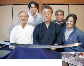 【上】下原刀と関係者たち。前列左が佐藤さん、中央が磯沼理事長。【右】最後の工程「銘切り」の場面