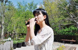 長池公園でオカリナを吹く小関さん