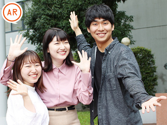団体の広報担当を務める中大3年の新玉武弘さん(右)と、俵山さん(中央)、小川さん