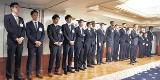 檀上に立った東京八王子ビートレインズの選手ら。挨拶をする和田代表(右から4人目)