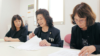 打合せをする同会メンバー(左から矢澤豊子さん、加藤会長、夏秋久代さん)