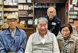 高橋さん(奥)とその両親との記念撮影に応じた毒蝮さん(手前中央)