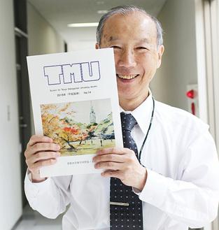 発行する会報誌を手にする松浦事務局長
