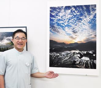 井岡さんの写真を案内する橋本さん