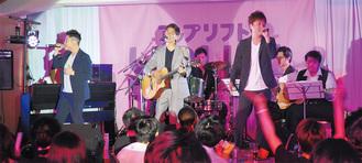 ステージで歌うアップリフトの3人(左からちんみん、うっちー、みっちゃん)
