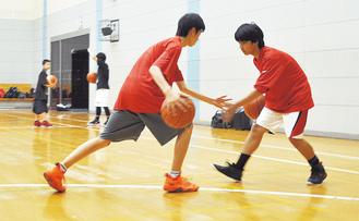 2人組でフロントチェンジの練習をする。市内体育館にて