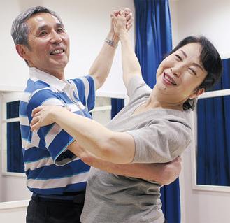 「ポーズ」を決める宇田川さん(左)と由貴子さん