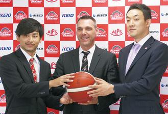 左から大金選手、ライコビッチヘッドコーチ、和田代表