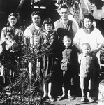 1945年の家族写真=石井さん提供。一番右手前が石井さん。左端の女性が抱えているのがポチ