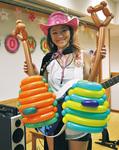 自作の「風船ギター」を持つTOMOKOさん
