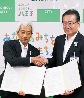 石森孝志市長(右)とJA八王子の原島元義代表理事組合長