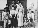 1951年(昭和26)頃の家族写真。中央の着物姿がミワさん。林治さん撮影