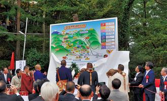 除幕式の様子。場所は遊歩マップが設置されている高尾山駅近く