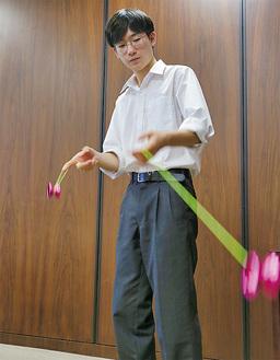 市長の前で技を披露する三浦さん
